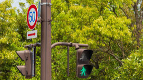 движение знака красных тесемок указателя рамки крюковины грубое деревянное Стоковая Фотография RF