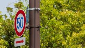 движение знака красных тесемок указателя рамки крюковины грубое деревянное Стоковая Фотография