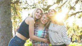 движение медленное Лучшие други тратят время совместно подруги радуются и радостны совместно видеоматериал