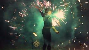 движение медленное Человек поворачивает в его руки огненный шар Большая выставка огня сток-видео