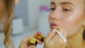 Визажист делает макияж к женщине акции видеоматериалы