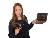 Визажист девушки с щетками для состава Стоковое Изображение