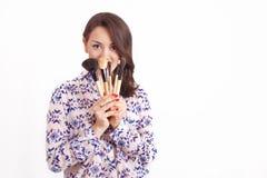 Визажист девушки с щетками Стоковое Фото