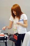 Визажист мастера парфюмерии Москвы XXI осени Intercharm международный и выставки косметик во время мастерской выставки Стоковые Изображения
