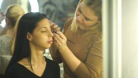 Визажист создавая красивый состав для brunettemodel акции видеоматериалы