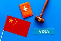 Виза к концепции Китая Виза текста около крышки пасспорта и китайцы сигнализируют молоток судьи на голубом взгляд сверху предпосы стоковое изображение rf