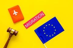 Виза Schengen Иммиграция к концепции Европы Иммиграция текста около крышки пасспорта и европейского флага, молотка на желтом цвет стоковая фотография