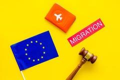 Виза Schengen Иммиграция к концепции Европы Иммиграция текста около крышки пасспорта и европейского флага, молотка на желтом цвет стоковые фотографии rf