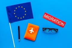 Виза Schengen Иммиграция к концепции Европы Иммиграция текста около крышки пасспорта и европейского флага на голубой предпосылке стоковые фотографии rf