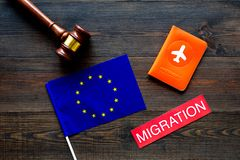 Виза Schengen Иммиграция к концепции Европы Иммиграция текста около крышки пасспорта и европейского флага, молотка на темноте стоковые фото