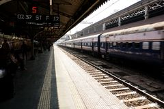 Визжа шум поезда тормозя на станции стоковые изображения