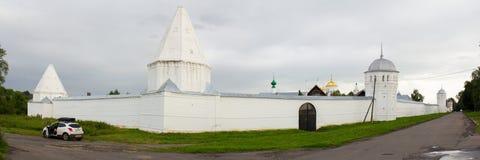 Визирование белых стен и башен монастыря Pokrovsky на предпосылке зловещего неба Suzdal Россия Стоковая Фотография RF