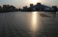 Визирование города что солнце устанавливает загораться стоковые изображения
