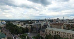 Визирования городского пейзажа Hayatt квадрата и гостиницы Bogdan Khmelnitsky Софии памятника Kyiv в Украине сток-видео