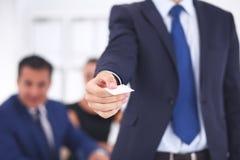 Визитная карточка выставок бизнесмена стоя в офисе Стоковое Изображение RF
