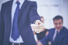 Визитная карточка выставок бизнесмена стоя в офисе Стоковое фото RF