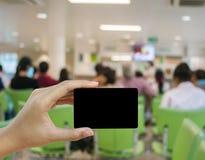 Визитная карточка и кредитная карточка пробела владением руки Стоковое Изображение RF