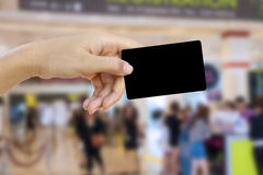 Визитная карточка и кредитная карточка пробела владением руки Стоковое Изображение