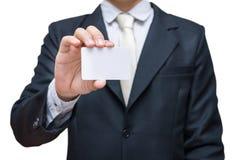 Визитная карточка показа руки бизнесмена изолированная на белой предпосылке Стоковая Фотография