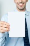 Визитная карточка показа руки человека Стоковые Фотографии RF