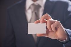 Визитная карточка показа руки ` s человека Стоковое Изображение