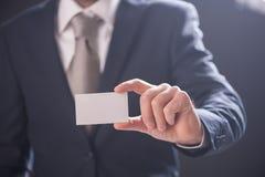 Визитная карточка показа руки ` s человека Стоковая Фотография RF