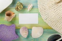 Визитная карточка, предпосылка модель-макета каникул моря лета Страница тетради пустая с деталями перемещения на деревянном столе Стоковые Фотографии RF