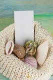 Визитная карточка, предпосылка модель-макета каникул моря лета Страница тетради пустая с деталями перемещения на деревянном столе Стоковые Изображения