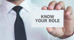 Визитная карточка удерживания бизнесмена Знайте вашу роль стоковое фото