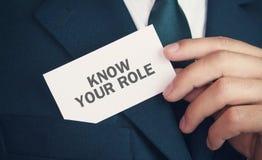 Визитная карточка удерживания бизнесмена Знайте вашу роль стоковая фотография