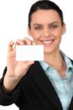 Визитная карточка удерживания женщины стоковые фотографии rf