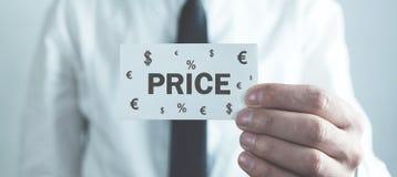 Визитная карточка удерживания человека Цена слова с символами валюты r стоковые фотографии rf