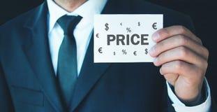 Визитная карточка удерживания человека Цена слова с символами валюты r стоковое изображение