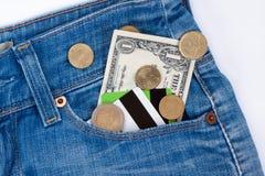 Визитные карточки и наличные деньги лежат в бортовом карманн голубых джинсов стоковое фото rf
