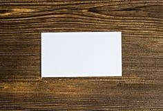 Визитные карточки на деревянной предпосылке, бумаге стоковые изображения rf