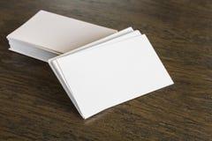 Визитные карточки на деревянной таблице Стоковое Изображение RF