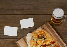 Визитные карточки на деревянном столе с едой Стоковые Изображения RF