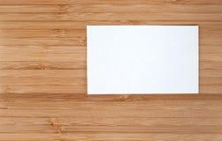 Визитные карточки на деревянном Стоковые Изображения