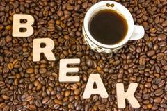 Визуализирование концепции или перерыва на чашку кофе действия Сформулируйте пролом, который выровнян с большим, 3D письма, лож в Стоковое Фото