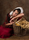 Викторианская крестьянская девушка с корзиной Стоковое Изображение