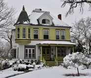 Викторианский дом в снеге Стоковое фото RF