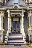 Викторианский пряник эры уравновесил домашний вход с шагами до парадного входа и покрасил bric brac стоковое изображение