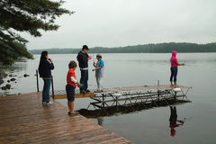 викэнд рыболовства семьи коттеджа стоковые фотографии rf