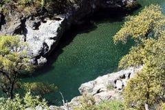 Вилка американского реки пропуская между берегом Калифорния утеса стоковое изображение