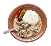 Вилка в блюде Stroganoff говядины на изолированной плите стоковые фотографии rf