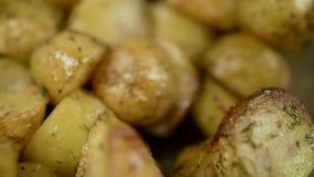 Вилка колет золотой печеный картофель сток-видео