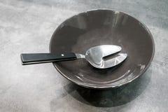 Вилка металла серебряная в черном шаре фарфора стоковая фотография rf