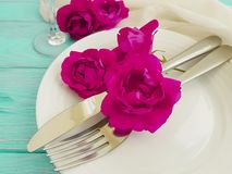 Вилка, нож, плита, годовщины таблицы цветка датировка концепции розовой праздничное на голубой деревянной предпосылке, романтично стоковые фото