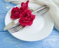 Вилка, нож, плита, годовщины украшения таблицы цветка датировка концепции розовой праздничное на голубой деревянной предпосылке,  стоковые фотографии rf