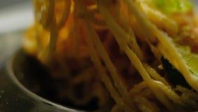 Вилка спагетти еды еды макаронных изделий традиционная итальянская сток-видео